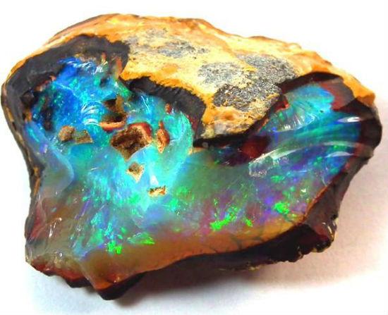在澳洲 Yowah Mines 開採之澳寶石(Opal)原石,清晰可見美麗之彩色「火彩」(網上圖片)- 緣飾天然水晶 Khicas Gems Jewelry