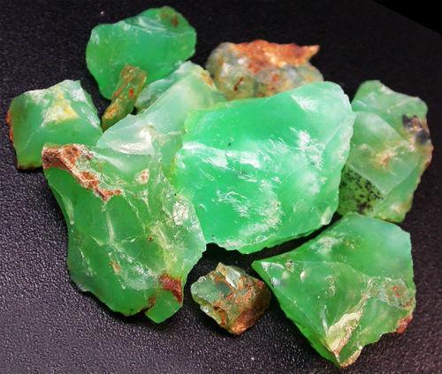 色澤鮮豔之綠色蛋白石(Prase Opal)原石(網上圖片)- 緣飾天然水晶 Khicas Gems Jewelry